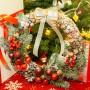 Новогодний, рождественский венок лесной в красных тонах